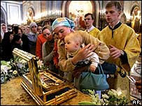 Muscovites view relic at cathedral