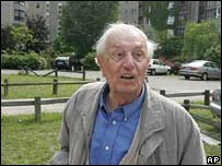 Rochus Misch, ex guardaespalda de Hitler, en el sitio donde estaba el b�nker.
