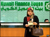 Mujer musulmana frente a un banco en Kuwait.