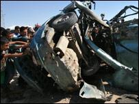 بقايا السيارة التي قتل فيها 3 من لجان المقاومة الشعبية بقصف إسرائيلي 9-6-2006