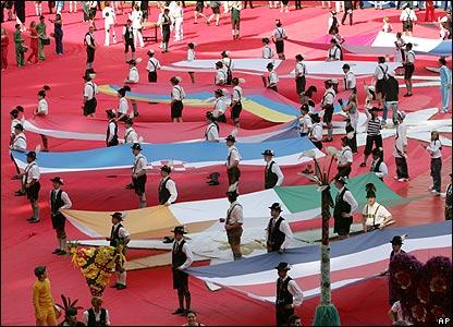 Bailarines bávaros con las banderas de los 32 países participantes.