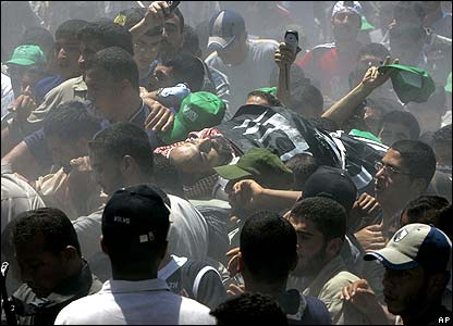 Crowds bear the body of Jamal Abu Samhadana