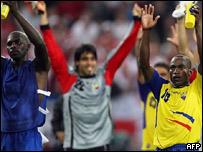 لاعبو فريق الاكوادور يحتفلون بفوزهم على بولندا