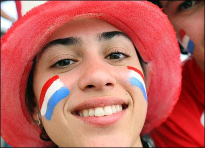Una hincha paraguaya sonr�e