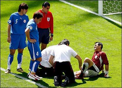 El portero paraguayo, Justo Villar, recibe tratamiento.