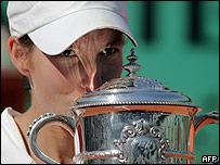 Justine Henin-Hardene besa la copa de Roland Garros