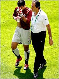 Paraguay goalkeeper Justo Villar (left)