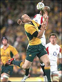 Stirling Mortlock tries to claim a high kick as Tom Varndell flounders