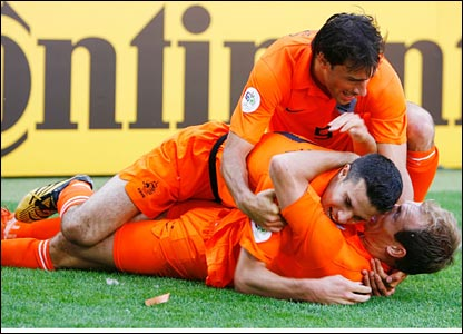 Holland players celebrate Arjen Robben's goal against Serbia