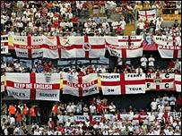 _41755138_englandflags202.jpg