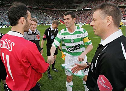 Keane shakes hands with Ryan Giggs