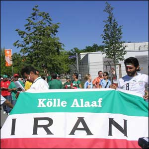 Hinchas iran�es en Nuremberg