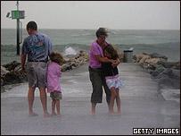 Familia en la costa de Venecia, Florida, durante la tormenta Alberto