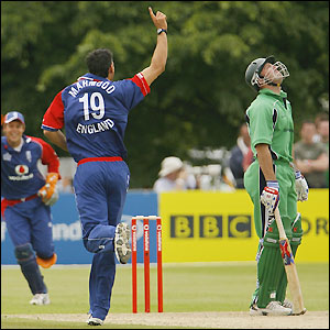 Sajid Mahmood claims the wicket of Jeremy Bray in the 12th over
