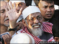 Abu Bakar Ba'asyir emerges from prison - 14/6/06