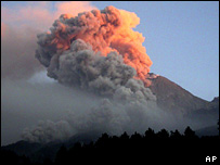 Merapi emits clouds of hot gas on 14 June 2006