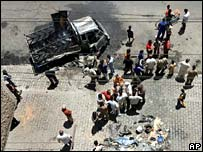 Restos de un coche bomba en Bagdad.
