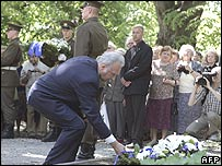 Estonian President Arnold Ruutel lays a wreath during ceremony in Tallinn, 14 June 06