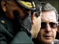 El presidente de Colombia,  Álvaro Uribe, habla con el ministro de Defensa, Camilo Ospina