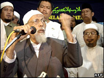 Ba'asyir addresses a press conference after his release 14/6/06