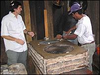 Omar Masera en la construcción de la cocina
