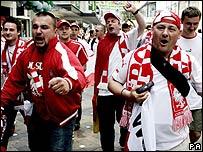 Un grupo de polacos deambula por las calles