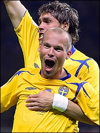 Ljungberg celebrates Sweden's winning goal