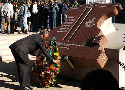 South African President Thabo Mbeki lays a wreath at the memorial to Hector Peterson