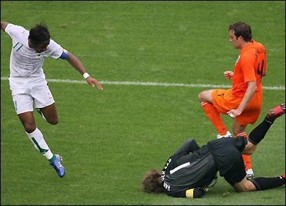 Edwin van der Sar denies Didier Drogba