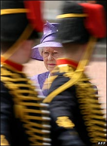 Queen inspects soldiers