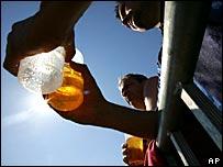 Hinchas sostienen vasos de cerveza