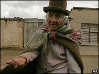 An elderly Bolivian woman begs for money in El Alto (file picture)