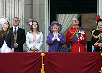 Royal family members on balcony of Buckingham Palace