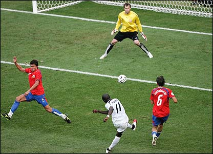Sulley Muntari scores past Peter Cech