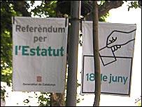 Pancartas con el recordatorio del referendo