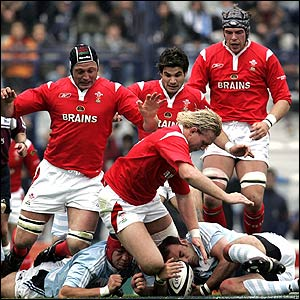 "Argentina's Rimas Alvarez (L down) and Gonzalo Longo vie for the ball with Wales"" Alix Popham (C) and teammates (from L to R) Ian Evans, Mike Phillips and Alun Wyn Jones"