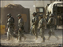 US troops walk to briefing about Ramadi mission