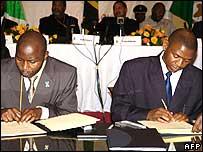 Burundi Interior Minister Erneste Ndayishimye and FNL leader Agathon Rwasa sign a ceasefire deal