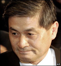 Dr Hwang Woo-suk arriving at court on 20 June 2006