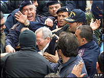 Palermo police surround Mafia boss Bernardo Provenzano, 11 April 2006