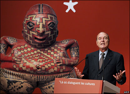 French President Jacques Chirac next to a reproduction of a Mexican Chupicuaro sculpture