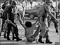 Trabajador arrestado durante una protesta en Buenos Aires (marzo, 1982)
