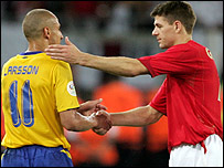 Goalscorers Henrik Larsson (left) and Steven Gerrard shake hands