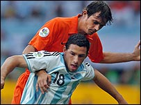 Maxi Rodriguez and Phillip Cocu battle it out in Frankfurt