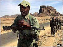 Ethiopian troops withdraw from Senafe, Eritrea, in February 2001