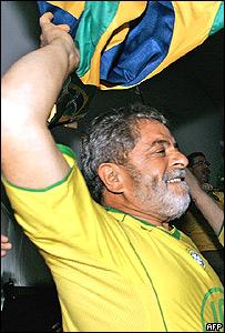 Presidente Lula festeja una victoria de Brasil en el Mundial de Alemania.