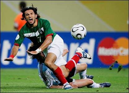 Gabriel Heinze blocks Jose Fonseca