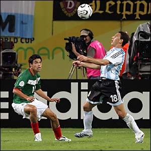 Maxi Rodriguez controls the ball
