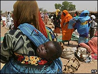 Woman cross Sudanese-Chad border to go to market