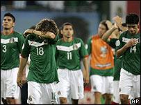 Jugadores de México salen del campo tras perder ante Argentina.
